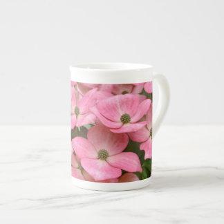 De roze bloemen van de kousakornoelje theekop