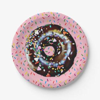 De roze Doughnut van de Chocolade met bestrooit Papieren Bordje