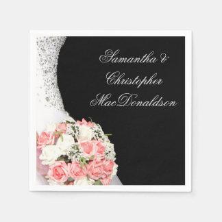 De roze rozen van het bruidenhuwelijk op zwarte wegwerp servet