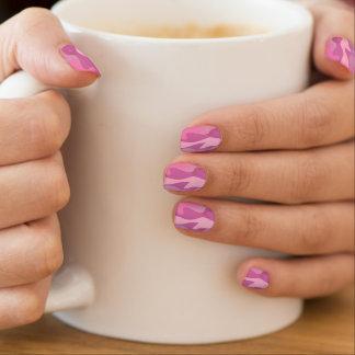 De roze verhogingen van de de camouflagespijker nagelstickers