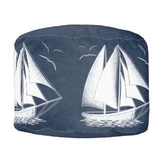 De ruimte van de jongen van de zeilboot zeevaart poef