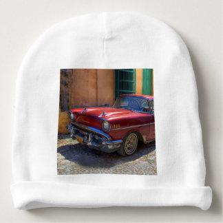 De scène van de straat met oude auto in Havana Baby Mutsje