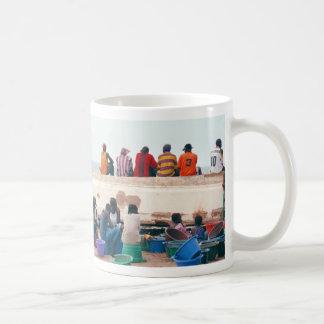 De Scène van het strand met Ten val gebrachte Koffiemok