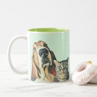 De schattige Hond die van de Kat van de Cartoon Tweekleurige Koffiemok