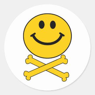 De schedel en de gekruiste knekels van Smiley Ronde Sticker