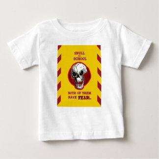 de schedel en de school beiden hebben vrees baby t shirts