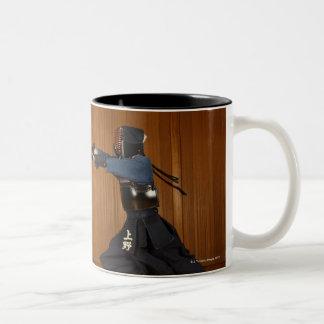 De Schermer die van Kendo 2 uitoefenen Tweekleurige Koffiemok