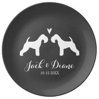 De Silhouetten van het Lake District Terrier met Porseleinen Bord