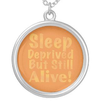 De slaap beroofde maar nog Levend in Geel Zilver Vergulden Ketting