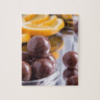 De snoepjes van de chocolade in een klein close-up legpuzzel