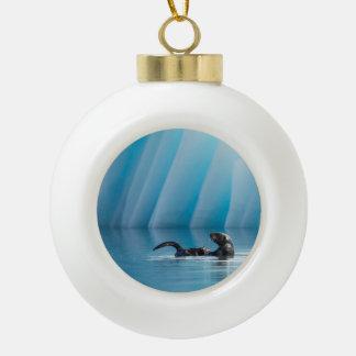 De speelse Otter van het Zee Keramische Bal Ornament