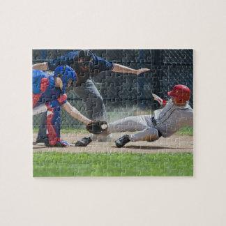 De speler die van het honkbal in huisbord glijden puzzel