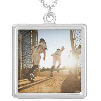 De spelers die van het honkbal (10-11) honkbal ing persoonlijke sieraden