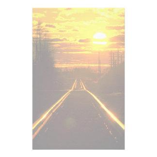 De sporen van de spoorweg bij zonsondergang, briefpapier