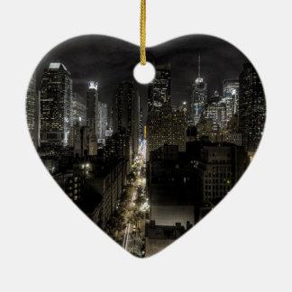 De Stad van New York bij Nacht Keramisch Hart Ornament