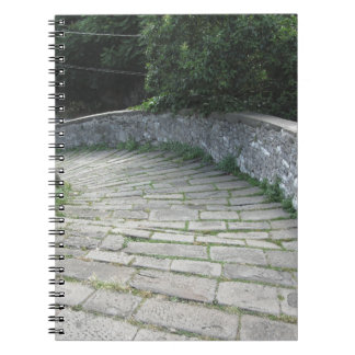 De steengang van de afdaling van middeleeuwse brug notitieboek