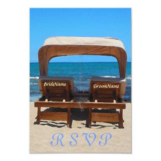 De Stoelen van het Huwelijk van het strand in Zand 8,9x12,7 Uitnodiging Kaart