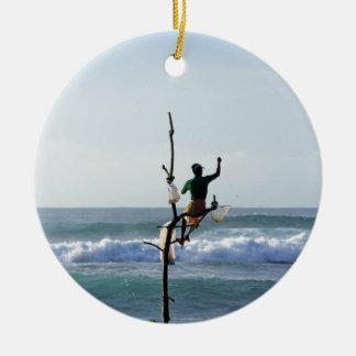 De stokvissers die van Sri Lanka Baai Marissa Rond Keramisch Ornament