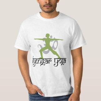 De strijder stelt de T-shirt van de Yoga Iyengar
