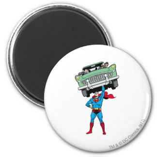 De superman houdt een auto koelkast magneetjes