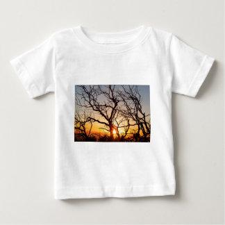 De Takken die van de boom in het Zonlicht dansen Baby T Shirts