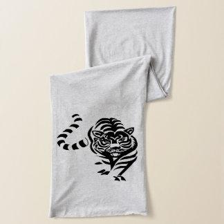 De tijger snuffelt rond sjaal