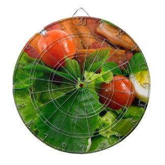 De tomaten, de kruiden, de olijfolie, de eieren en dartbord