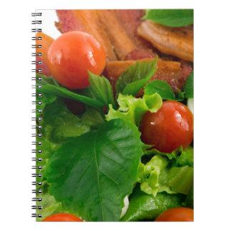 De tomaten, de kruiden, de olijfolie, de eieren en notitieboek