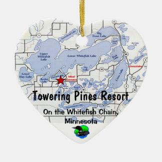 De torenhoge Toevlucht van Pijnbomen met de Kaart Keramisch Hart Ornament