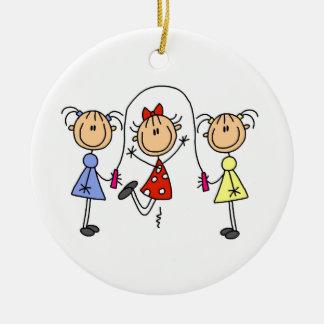 De Touwtjespringen van de Meisjes van het Cijfer Rond Keramisch Ornament