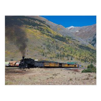 De trein die van de stoom stad verlaten briefkaart