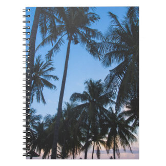 De tropische palmen silhouetteren spiraalvormig notitieboeken
