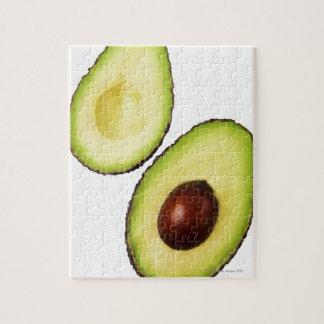 De twee helften van een avocado, op wit legpuzzel