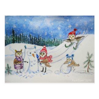 De uilen die van Kerstmis in sneeuw spelen Briefkaart