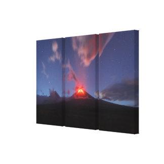 De uitbarsting Klyuchevskaya Sopka van de nacht in Canvas Afdrukken
