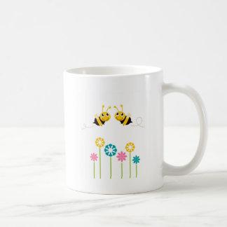 De verbazende kleine leuke t-shirts van Bijen Koffiemok