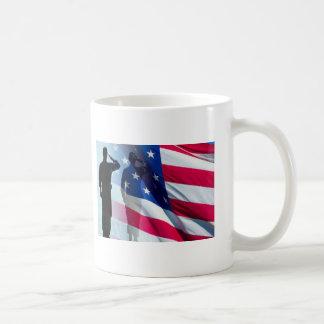 De veteraan groet de Patriottische Vlag Koffiemok