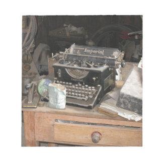 De vintage schrijver van het Type in stoffige Notitieblok