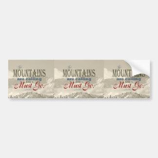 De vintage Typografie de bergen roept; Muir Bumpersticker