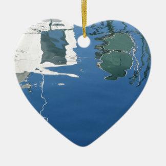 De vissersboot denkt in het water na keramisch hart ornament