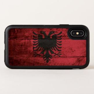 De Vlag van Albanië op Oude Houten Korrel OtterBox Symmetry iPhone X Hoesje