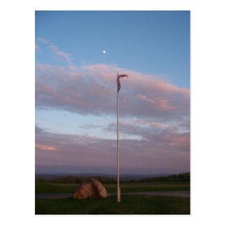De vlag van de begraafplaats bij schemer briefkaart