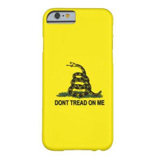 De Vlag van Gadsden betreedt niet op me Barely There iPhone 6 Hoesje
