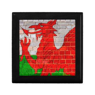 De vlag van Wales op een bakstenen muur Decoratiedoosje