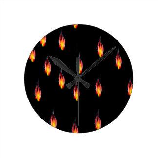 De vlammen van de brand ronde klok
