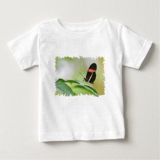De vlinder van de brievenbesteller op blad baby t shirts