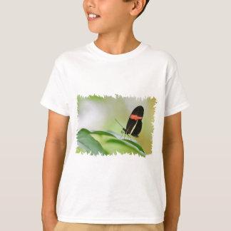 De vlinder van de brievenbesteller op blad t shirt