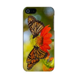 De Vlinders van de monarch op Wildflowers Incipio Feather® Shine iPhone 5 Hoesje