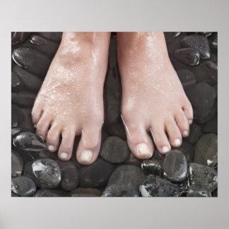 De voeten van de vrouw op kiezelstenen poster