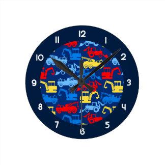 De vrachtwagens van het werk ronde klok